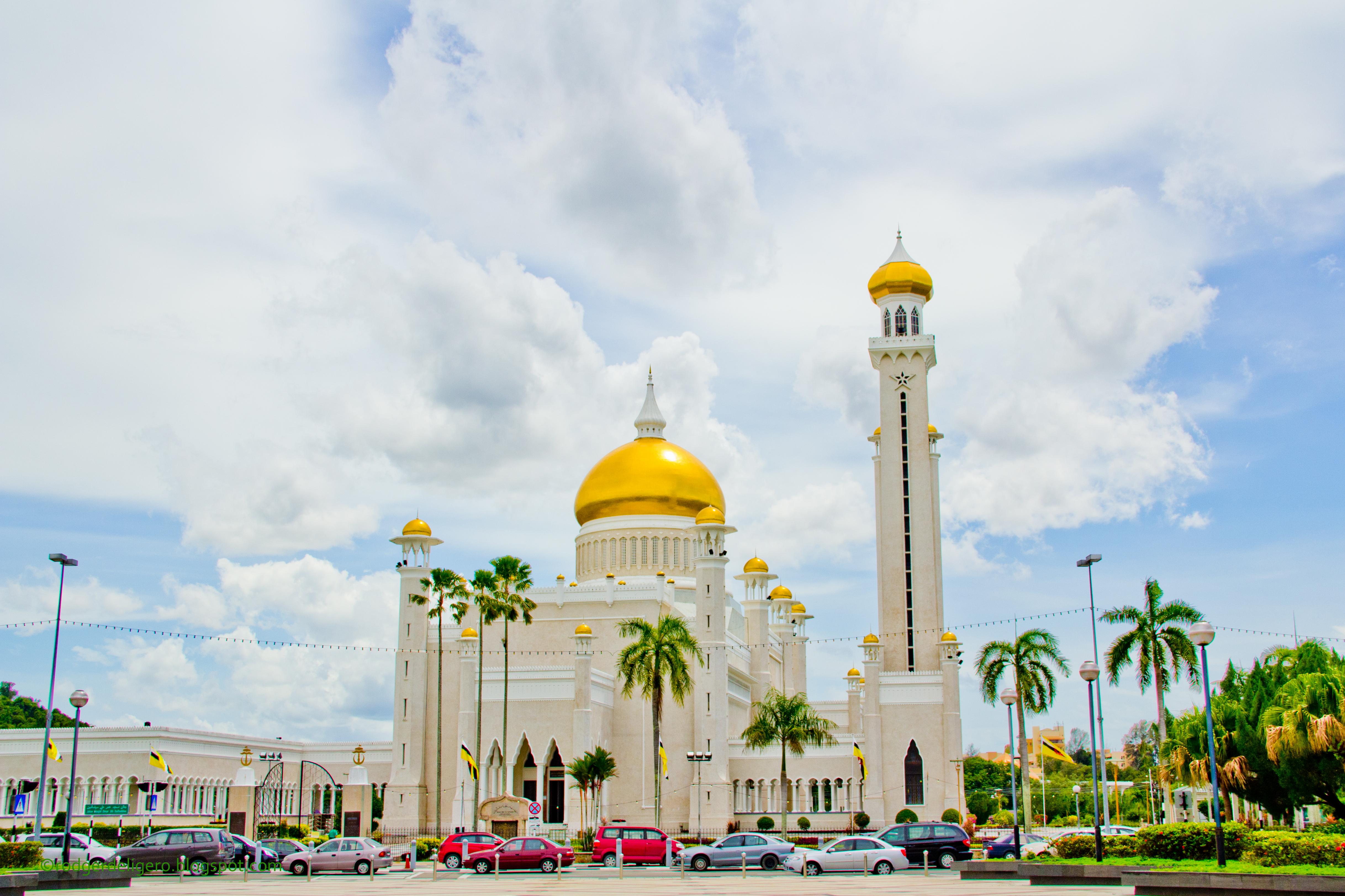 The Majestic Mosque. The Sultan Omar Ali Saifuddin Mosque ... Beautiful Masjid On Water